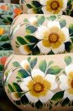 Мексиканские цветастые керамические баки в мастерской Стоковое фото RF