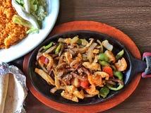 Мексиканские fajitas цыпленка на нагревательной плите Стоковое Изображение RF