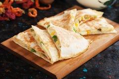 Мексиканские quesadillas с сальсой и гуакамоле Стоковая Фотография RF