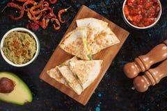 Мексиканские quesadillas с сальсой и гуакамоле Стоковые Изображения RF