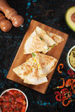 Мексиканские quesadillas с сальсой и гуакамоле Стоковое Изображение RF