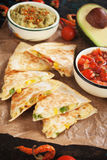 Мексиканские quesadillas с сальсой и гуакамоле Стоковые Изображения