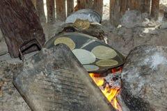 Мексиканские tortillas подготавливая на металлической пластине Стоковые Изображения