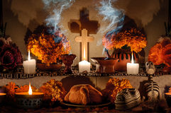 Мексиканский день мертвого алтара (Dia de Muertos) Стоковое Изображение