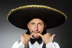 Мексиканский человек носит sombrero на белизне Стоковое Изображение