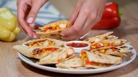 Мексиканский quesadilla с сыром мозоли томата цыпленка видеоматериал