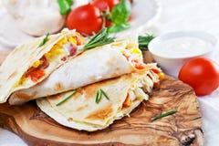 Мексиканский tortilla с сальсой заполнять, мозоли и овоща мяса Стоковое Фото