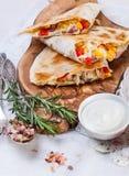 Мексиканский tortilla с сальсой заполнять, мозоли и овоща мяса Стоковое Изображение RF