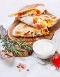 Мексиканский tortilla с сальсой заполнять, мозоли и овоща мяса Стоковое Изображение