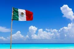 Мексиканское летание национального флага в ветре на изумительном песчаном пляже перед водой бирюзы карибского моря, около Cancun, Стоковая Фотография RF