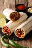 Мексиканское зажаренное буррито с говядиной, фасолями, мозолью, перцем и tomat стоковое фото