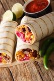 Мексиканское зажаренное буррито veggie с рисом и овощами служило w стоковое фото rf
