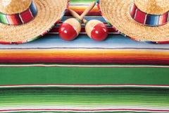 Мексиканское одеяло с 2 sombreros Стоковые Фотографии RF