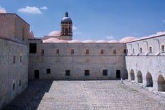 Мексиканський взгляд двора монастыря Оахака Санто Доминго с церковью Стоковые Фото