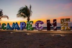 Мексика, Сан-Франциско de Кампече: Большие красочные письма говоря Кампече по буквам Заход солнца стоковые фотографии rf