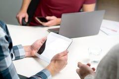 Мелкий бизнес, начинает вверх или команда маркетинга работая совместно Стоковые Фотографии RF