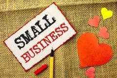 Мелкий бизнес текста почерка Концепция знача меньший магазин начиная магазин студии предпринимателя индустрии написанный на липко стоковые фото