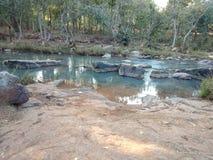 Мелкий поток горы в Odisha стоковые изображения