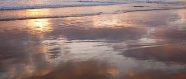 Мелкий прибой Тихого океана в южной Калифорния, США с облаками отражая с воды стоковое изображение rf