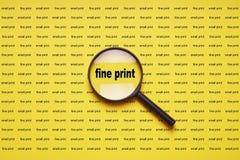 Мелкий шрифт увеличенный с loupe увеличителя лупы стоковое фото rf