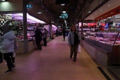 МЕЛЬБУРН, АВСТРАЛИЯ - 15-ое августа 2017 - люди покупая на рынке Стоковые Фото