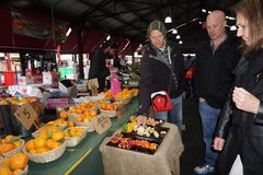 МЕЛЬБУРН, АВСТРАЛИЯ - 15-ое августа 2017 - люди покупая на рынке Стоковая Фотография RF
