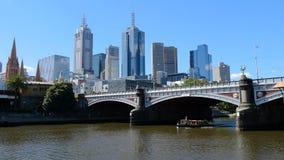 Мельбурн, Виктория, Австралия Небоскребы и мост над рекой Yarra Пропуски шлюпки до принцы Мост стоковые фото