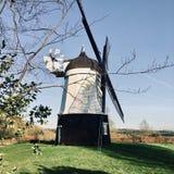 Мельница ветра на ферме Стоковые Фотографии RF