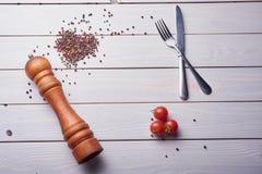 Мельница перца на перчинках с romatoes вишни стоковые изображения