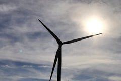 Мельницы ветра в парке ветра альтернативной энергии в северной Германии стоковое фото