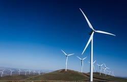 Мельницы ветра турбины силы на Rolling Hills Стоковые Фотографии RF
