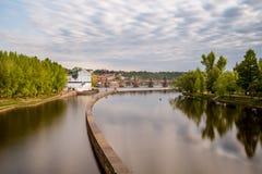 Мельницы ` s Sov на реке Влтавы, на заднем плане Br Чарльза стоковые фото