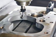 Меля или полируя деталь металла на машине CNC стоковые фотографии rf