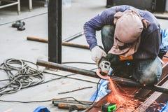 Меля сталь и стальная заварка стоковые фото
