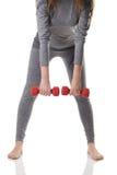 Мембрана тела женщины взваливает на плечи вровень в нижнее белье спорт серого цвета термальное делая тренировки полагаясь вперед  Стоковое Изображение RF