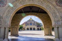 Мемориальная церковь на Стэнфорде увиденном через свод в колоннаде окружая главный квад Стоковые Фото