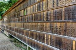 Мемориальные оказывающие экономическую помощь металлические пластинкы на святыне Kasuga Taisha в Nara, Japa стоковое изображение