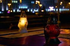 Мемориальные свечи на кладбище стоковая фотография