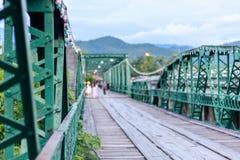 Мемориальный мост с предпосылкой запачканной путешественником в Pai, Mae стоковое фото