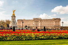 Мемориал Букингемского дворца и Виктории на времени весны Стоковая Фотография RF