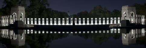 Мемориал Второй Мировой Войны на ноче стоковое фото