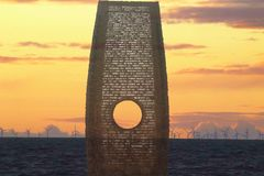 Мемориал потерянных cleveleys морей приставает к берегу на заходе солнца Стоковое фото RF
