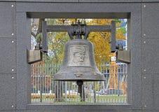 Мемориальная стена с колоколом на музее восстания Варшавы стоковое фото