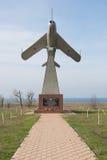 Мемориальная стела в форме самолета принимая, в честь солдат авиаторов, члены  стоковое фото rf