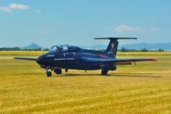 Мемориальное Airshow Воздушные судн чехословакского предварительного двигателя L29 traning Приземляться на травянистый авиапорт Стоковое фото RF