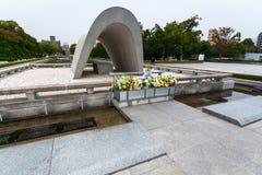 Мемориальный кенотаф в парке мира мемориальном, Хиросима стоковое изображение