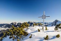 Мемориальный крест в баварских Prealps - Schliersee, Германии Стоковые Изображения