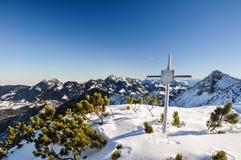 Мемориальный крест в баварских Prealps - Schliersee, Германии Стоковое Изображение RF