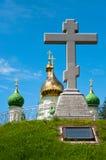 мемориальный крест на предпосылке церков Стоковая Фотография RF