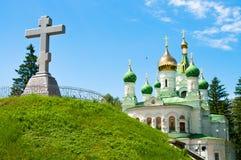 мемориальный крест на предпосылке церков Стоковое Фото